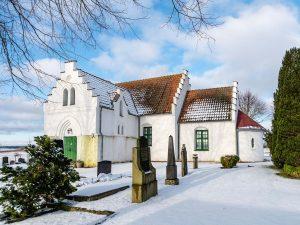 Ilstorps kyrka | Church, Ilstorp, Skåne, Sweden: Kyrkogård, gravar, exteriör | Graveyard, exterior [2018]Lat: 55.617139N, Long: 13.652786E © Kristian Adolfsson (www.adolfsson.photo)